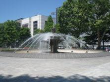 晴の日に西4丁目の噴水が通水されている様子