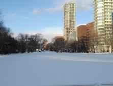 青空で遠くにブラックスライドマントラが見える足あとが無い雪の大通公園西8丁目の画像