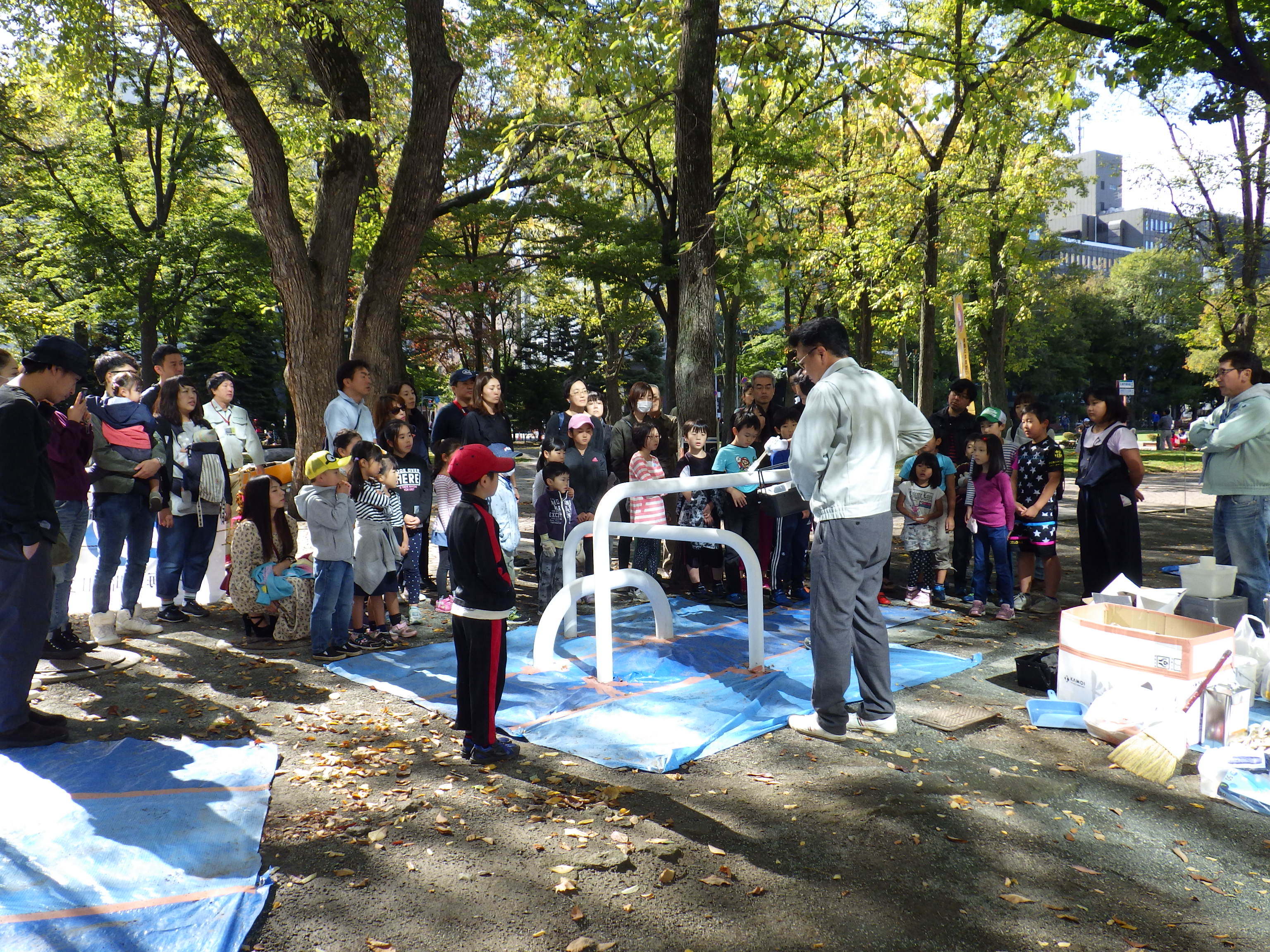 10月6日の遊具塗装体験で説明をきく子どもたち