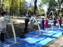 10月6日の遊具塗装体験で曲柱鉄棒に塗装をする子どもたち