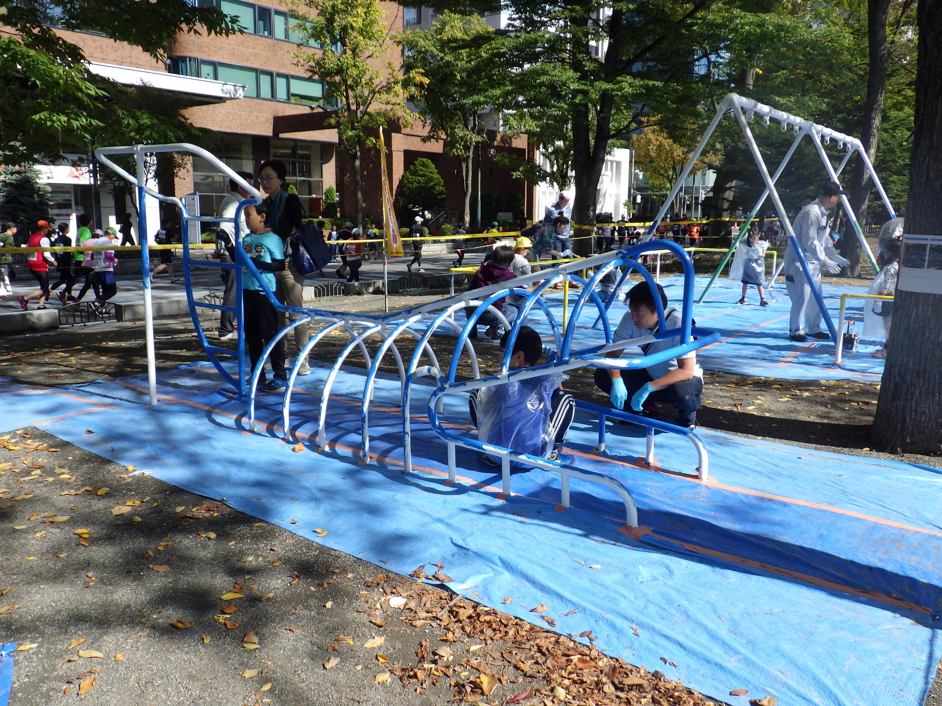 10月6日の遊具塗装体験でクシラ遊具に塗装をする子どもたち