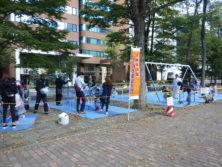 10月6日の遊具塗装体験で遊具に塗装をする子どもたち