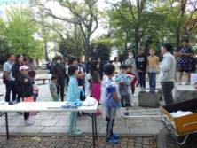 10月6日の遊具塗装体験で終了後昭和改さんのお話を聞く子どもたち