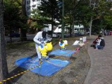 10月6日の遊具塗装体験終了後に仕上げの塗装をする昭和会の皆さん