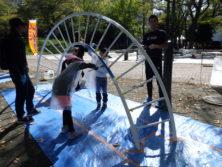 10月6日の遊具塗装体験でひねり雲梯に塗装をする子どもたち