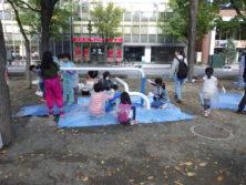10月6日の遊具塗装体験でプレイベンチに塗装をする子どもたち